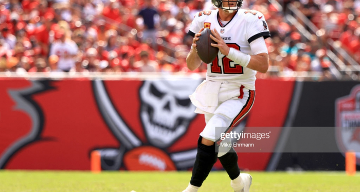 Brady throws for five touchdowns as Buccaneers rout Dolphins