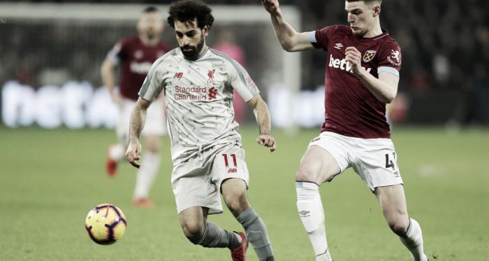 Mohamed Salah y Declan Rice disputan el esférico Fuente: West Ham