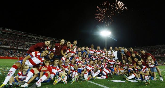 Imagen grupal de equipo tras finalizar el último partido frente al Alcorcón | Foto: Pepe Villoslada - Granada CF