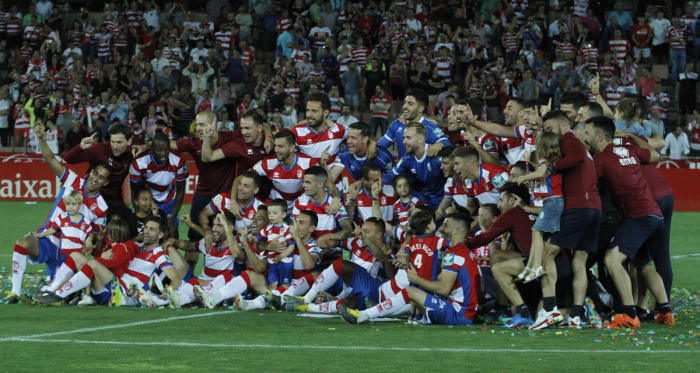 Jugadores y cuerpo técnico del Granada CF celebran el ascenso tras el último partido | Foto: Antonio L. Juárez