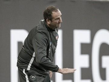 """Técnico do Heidenheim lamenta chance perdida de chegar à Bundesliga: """"Amargo e doloroso"""""""