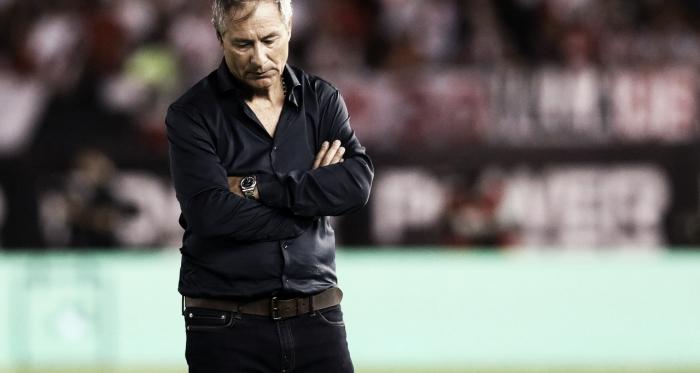 Holan con la mirada caída tras las derrota 3 a 0. FOTO: TyC Sports