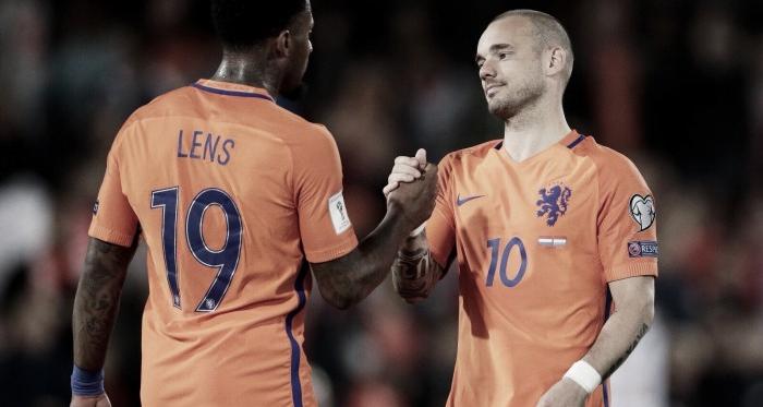 Wesley Sneijder (10) se convierte en el jugador con más partidos internacionales para Holanda. (Foto: @OnsOranje)