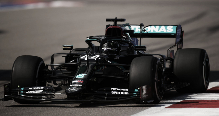 Lewis Hamilton crava pole na Rússia e segue firme para bater recorde de Michael Schumacher