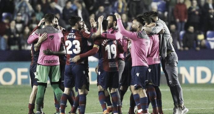 La plantilla del Levante celebra // FUENTE: La Liga