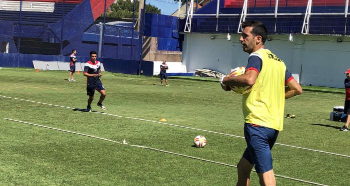 Echeverría comandando el entrenamiento. Foto: @catigreoficial.