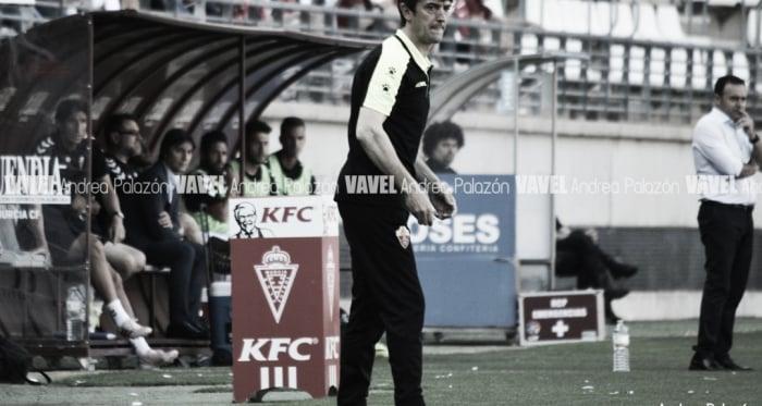 Pacheta atento a las maniobras de sus jugadores. Foto: Andrea Palazón (VAVEL)