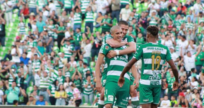 Dória es abrazado por su compañero Nervo, quien se convirtió en el único futbolista albiverde que disputó todos los minutos del torneo. (Foto: Yusoni Luna/Mezquite)