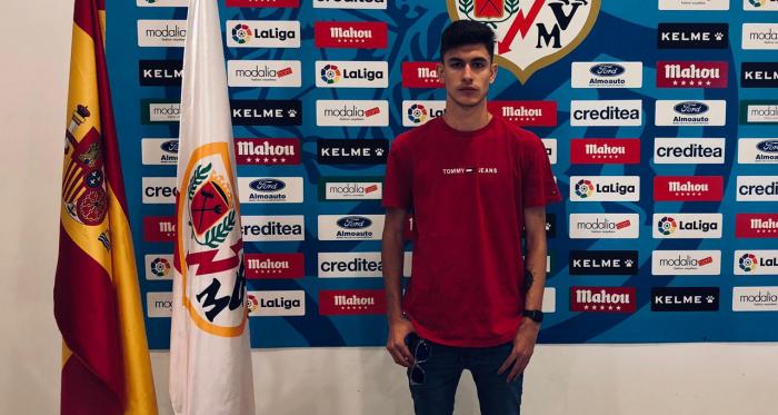 Álvaro Moreno posando con el escudo de su nuevo club. Fuente: twitter @aalvaromoreno_