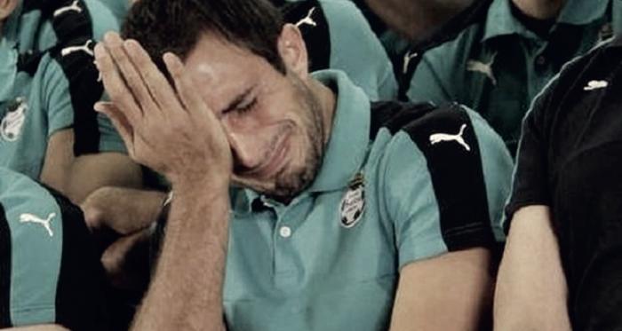 El capitán salió junto al plantel adar la cara luego de un mal momento que atravesaba el equipo y alrecordar que a veces la gente no comprende que un jugador tambiénpasa por momentos difíciles, terminó llorando en un programa delclub local a finales d