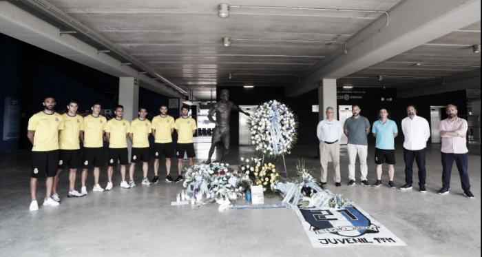 Algunos miembros de la plantilla y representantes del club posan junto s la estatua de Jarque en el RCDE Stadium. Foto: Web oficial del RCD Espanyol.
