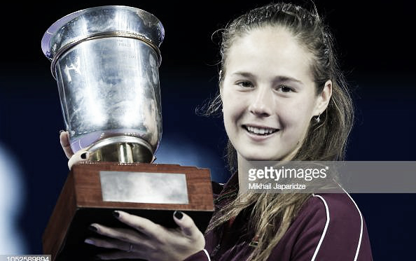 Daria Kasatkina proudly poses alongside her Kremlin Cup title | Photo: Getty Images / TASS Mikhail Japaridze