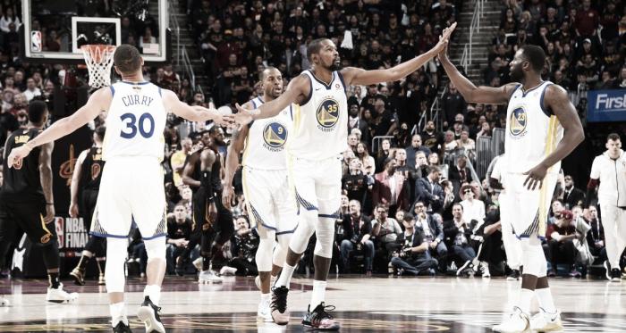 Kevin Durant e i Golden State Warriors. Fonte: NBA/Twitter
