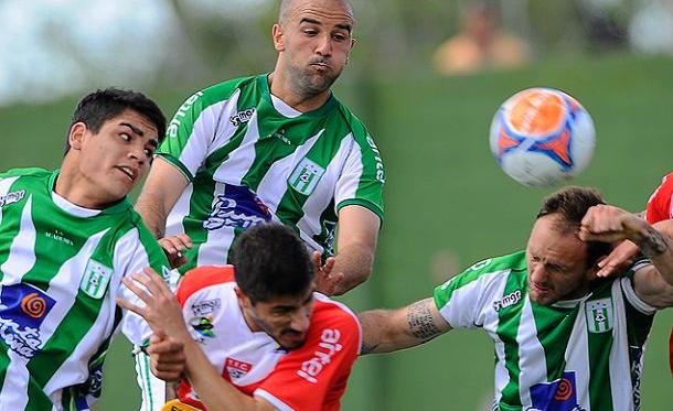 Pablo Lacoste, cabezazo y rebote en Franco Sosa, para que la pelota termine en la red. (Foto: Tenfield)