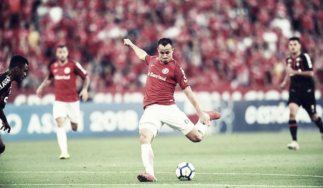 Leandro Damião é vaiado e fica irritado com substituição em vitória do Inter sobreAtlético-PR