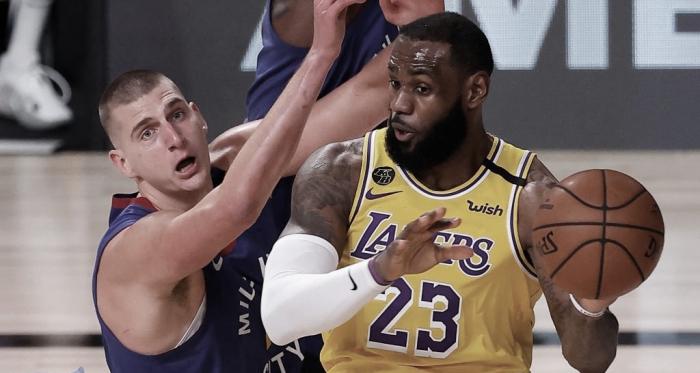Los Lakers imponen su veteranía en el primer partido