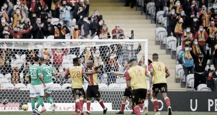 Lens aproveita vantagem númerica, bate Saint-Étienne e alcança vice-liderança da Ligue 1