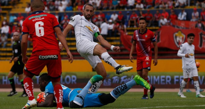 Johan Padilla protegiendo el balón. Foto: API