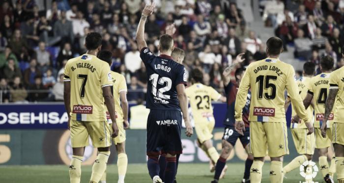 Longo pide un balón ante la mirada de Borja Iglesias y David López en el partido de la primera vuelta // Foto: LaLiga.
