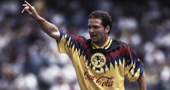 Luis García con la camiseta del América // Foto: Pasión Águila
