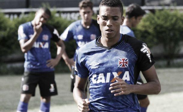 """Madson tem evolução no Vasco e garante se inspirar em Daniel Alves: """"Sempre me espelho nele"""""""