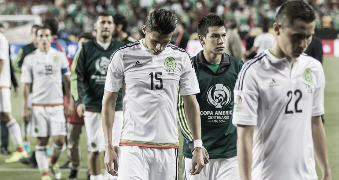 A defeated Mexico leaving the pitch. (Photo: Brandon Farris/VAVEL USA)