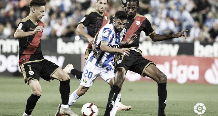 Michael Santos pugnando el esférico con la defensa del Rayo Vallecano | Foto: LaLiga Santander