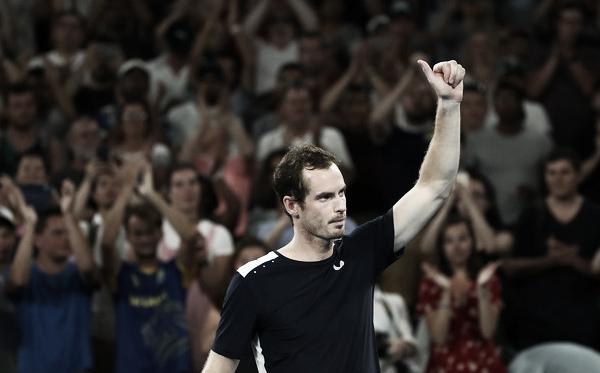 Andy Murray saluda al público tras caer en el Open de Australia ante Roberto Bautista. Foto: zimbio.com