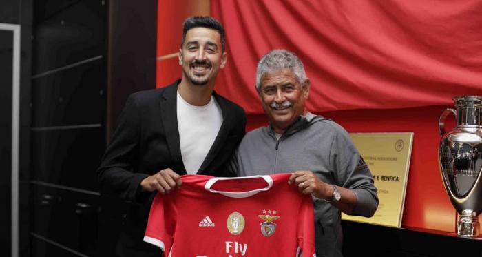 André Almeida renovou até 2023