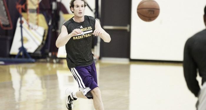 Los Angeles Lakers garante contrato de Marcelinho Huertas até o fim da temporada
