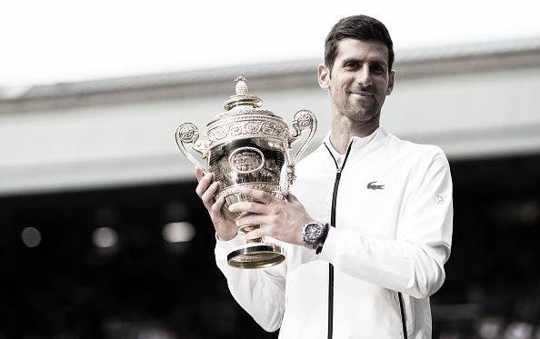 Djokovic posa con su trofeo que lo acredita campeón de Wimbledon por quinta vez. Foto: gettyimages.es