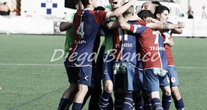 Los jugadores del UP Langreo celebran el tanto del ascenso. Foto: Diego Blanco | VAVEL.