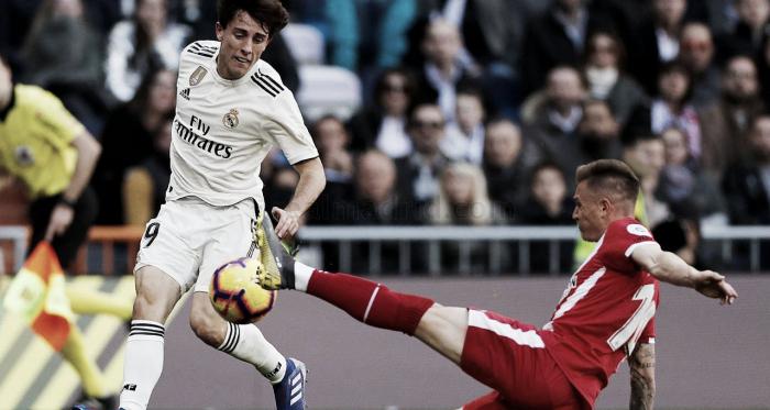 Odriozola pone un centro en el partido ante el Girona/ Foto: Real Madrid