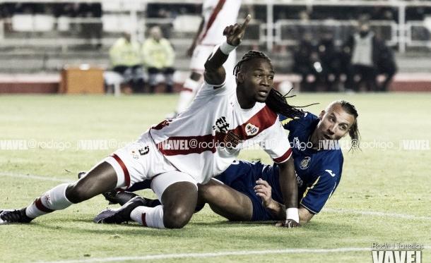 Manucho siendo derribado por un rival   Fotografía: Rodri J Torrellas