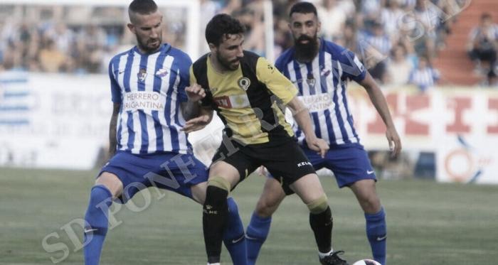 Oscar Sielva, autor del tanto de la Deportiva, disputando el esférico ante Diego Benito. FOTO   Twitter @SDP_1922