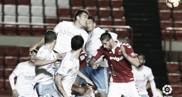 Albentosa lucha por la pelota ante cuatro rivales <vía LaLiga>