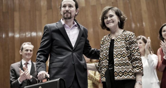 Pablo Iglesias recogiendo su cartera de vicepresidente. Fuente: Twitter.