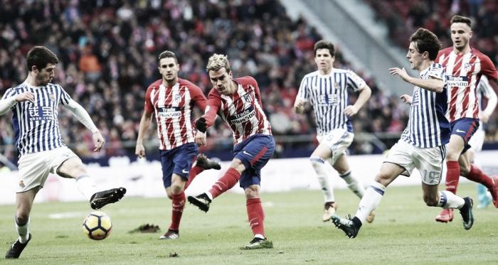 Griezmann tirando a portería en un anterior partido del Atlético de Madrid contra la Real | Imagen: LaLiga Santander