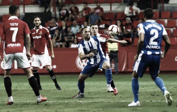 Quique disputando un balón en el partido de ida que el Deportivo ganó 1-3. || Fotografía: Liga123.