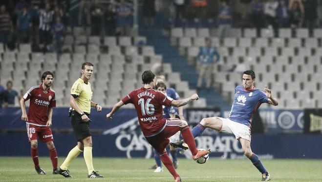 Pulido Santana, atento en una disputa entre Íñigo Eguaras y Ramón Folch, en el empate del Real Oviedo ante el Real Zaragoza. | Imagen: Real Oviedo.