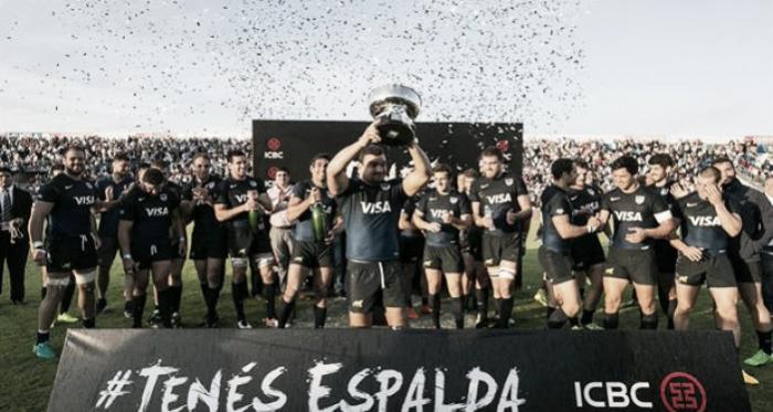 Foto: Agustín Creevy, capitán de los Pumas, levanta el trofeo que entregó uno de los patrocinadores. En el norte, los conducidos por Daniel Hourcade retornaron a la senda positiva. (La Nación).