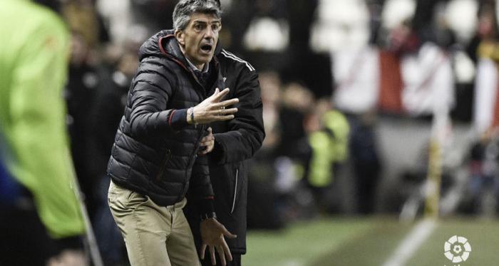 Imanol Alguacil da indicaciones a sus jugadores el pasado fin de semana en Vallecas. (FOTO:// LaLiga)