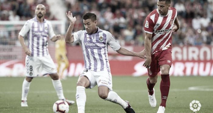 Alcaraz controla el balón ante la mirada de un jugador del Girona | LaLiga