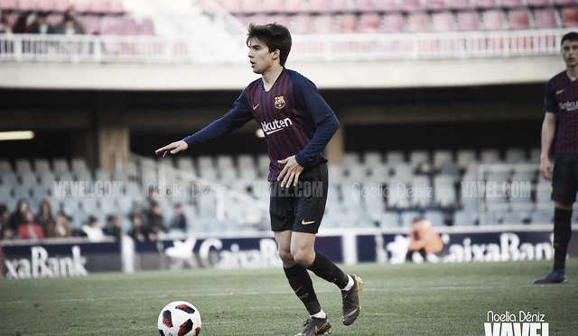 Riqui Puig conduciendo el balón contra el Espanyol B. FOTO: Noelia Déniz