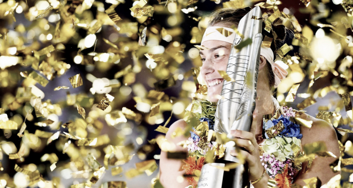 Aryna Sabalenka poses alongside her trophy | Photo: Dongfeng Motor Wuhan Open