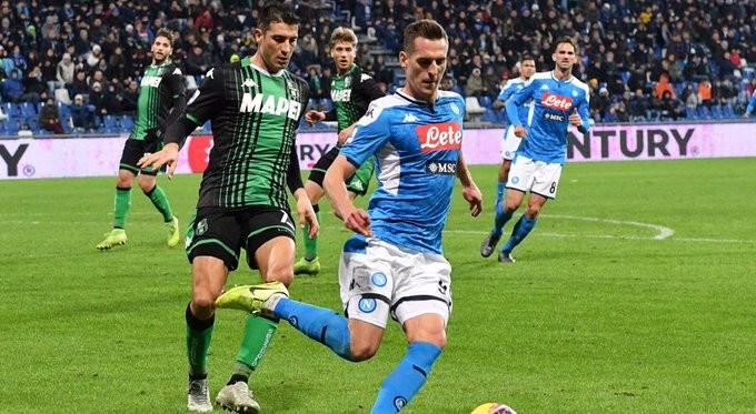 Serie A - L'autogol di Obiang sulla sirena regala il successo al Napoli: Sassuolo rimontato 1-2