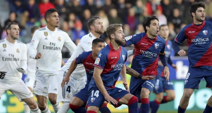Varios jugadores de la SD Huesca y el Real Madrid, en el choque de El Alcoraz. Fuente: Rafael Gobantes, Heraldo