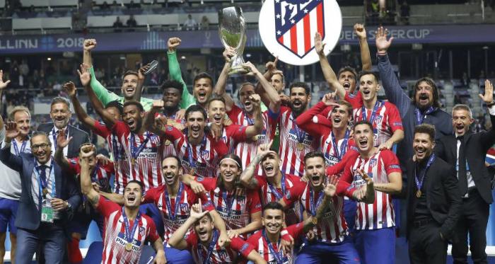 Los jugadores del Atlético de Madrid celebran la Supercopa de Europa conquistada ante el eterno rival, el Real Madrid.