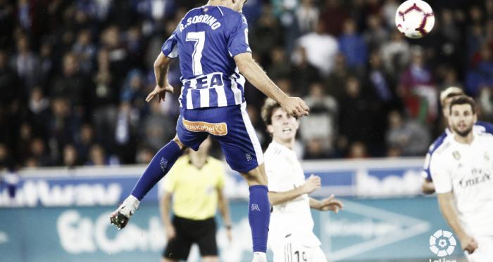 Sobrino da el pase a Manu García, en la primera vuelta. Foto: La Liga