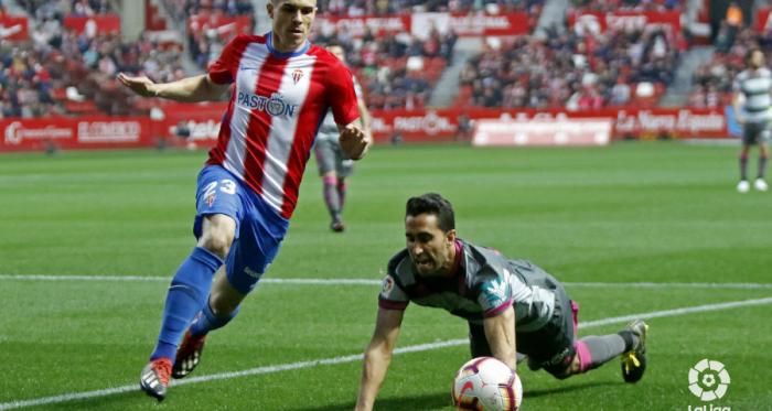 Uros Djurdjevic y Ángel Montoro en la pugna por el balón. / FOTO: LaLiga